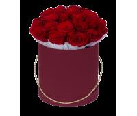 Красные розы в бордовой шляпной коробке