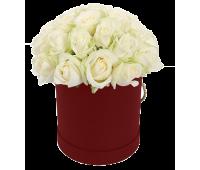 Белые розы в бордовой шляпной коробке